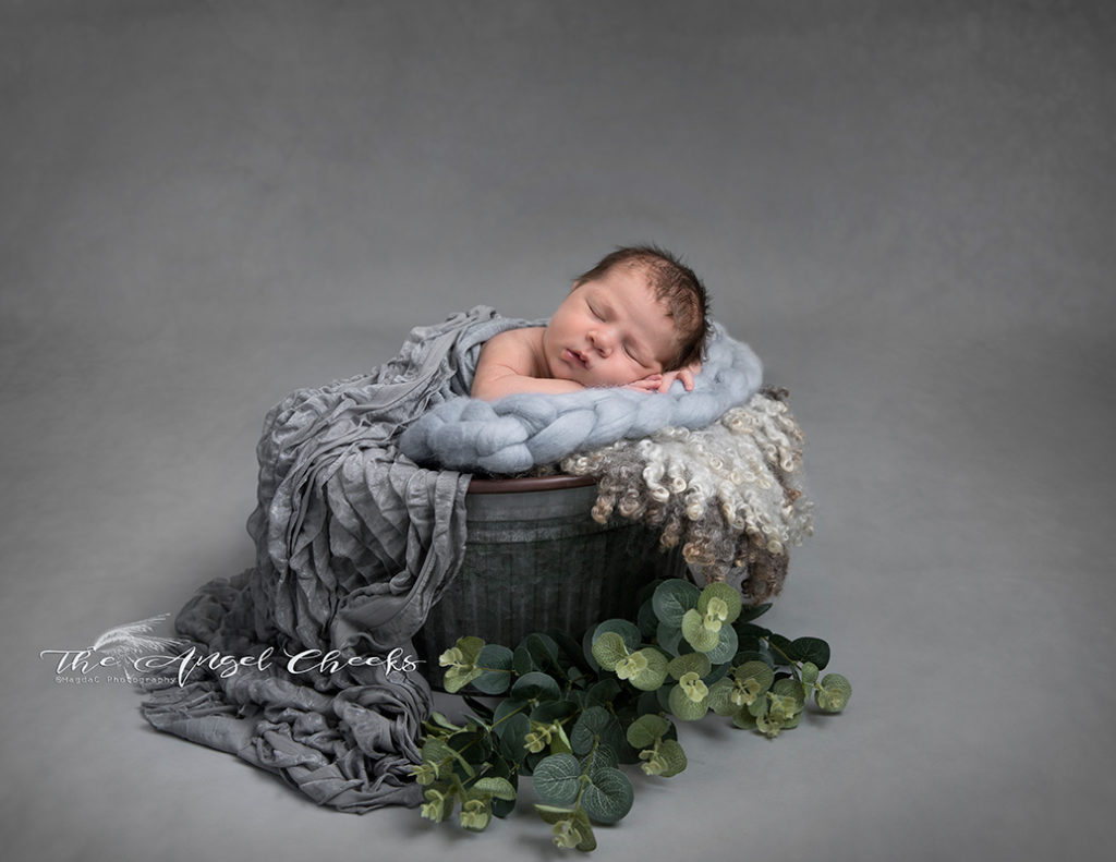 newborn baby boy photo session High Wycombe The angel Cheeks